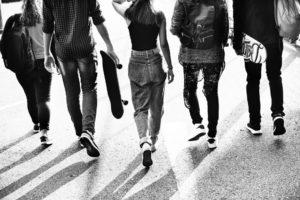 Teenager von hinten auf einer Straße